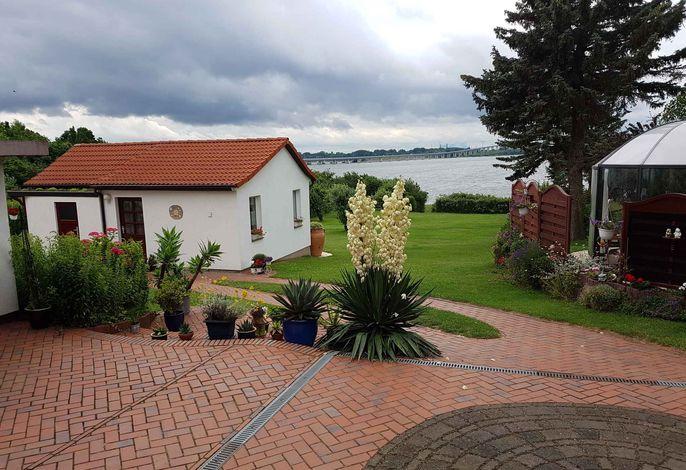 Ferienhaus mit Terrasse direkt am Wasser