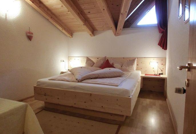 Im Schlafzimmer aus Zirbenholz