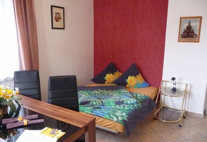 Wohnung 2 - Wohnzimmer mit Schlafcouch