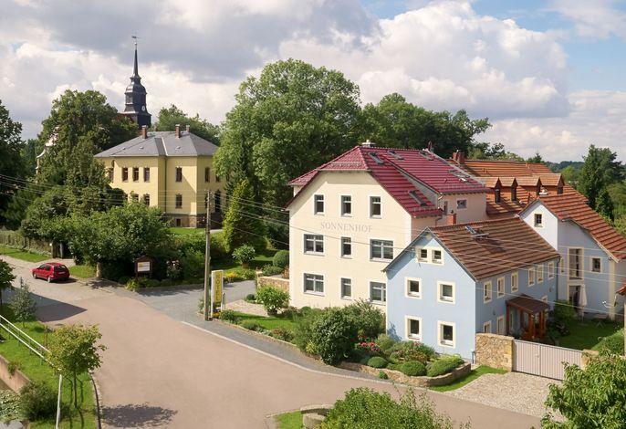 Neben Pfarrhaus und Kirche
