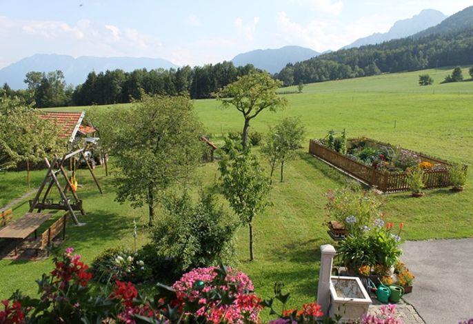 Durchatmen im geräumigen Garten mit Sitzmöglichkeit und Bergblick
