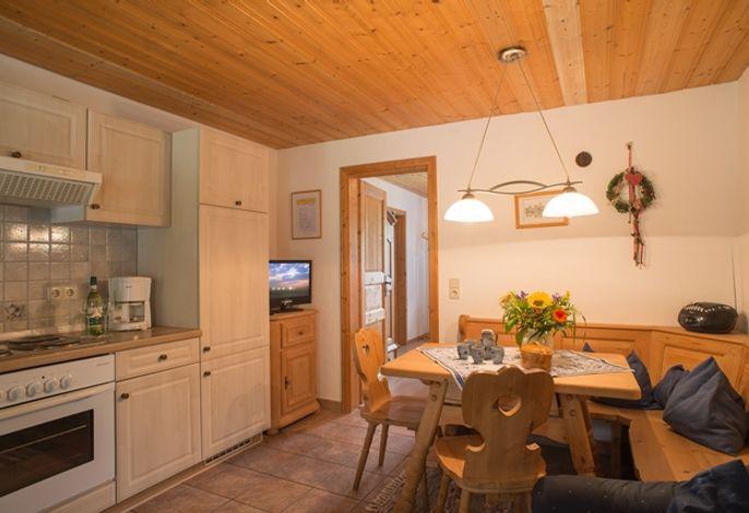 Gemütliche Wohnküche mit Eckbank und Fernseher