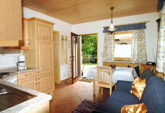 Wohnraum mit gemütlicher Sitzgruppe und Blick zur Terrasse