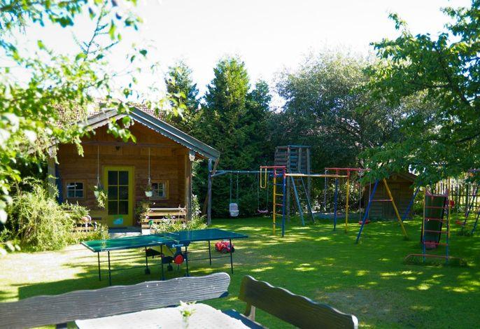 Idyllische Gartenanlage mit Spielplatz für Ihre Kinder