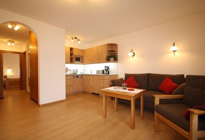 Wohnbereich mit Blick auf Küche FeWo1.jpg