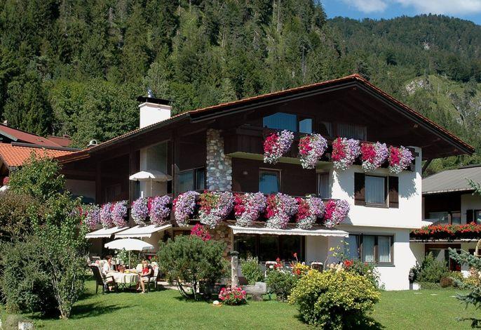 Gästehaus im Sommer.jpg