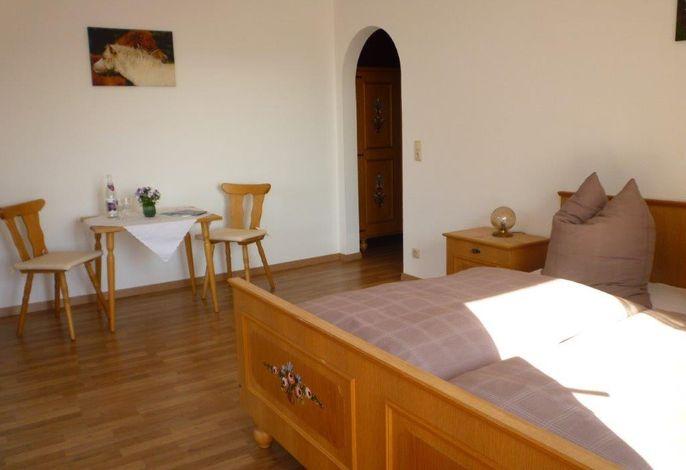Die Doppelzimmer verfügen über ein Doppelbett, eine kleine Sitzgelegenheit und genügend Stauraum