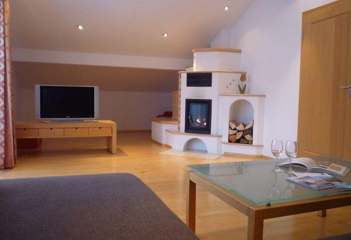 Geräumiges Wohnzimmer mit Sat-TV, Kachelofen, usw.