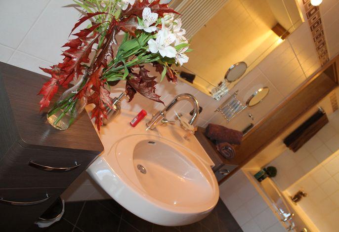 Das voll austattete Badezimmer versprüht Wohlfühlatmosphäre!