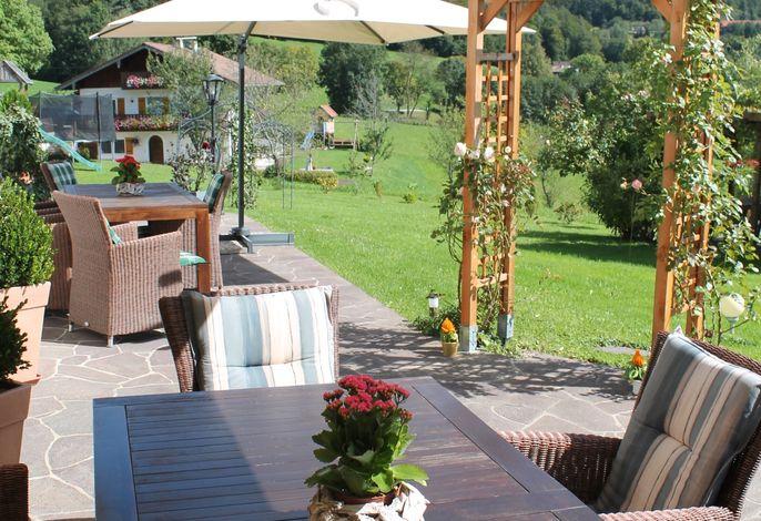 Die gemütliche Terrasse mit Beschattung lässt auch heiße Sommertage zum Genuss werden