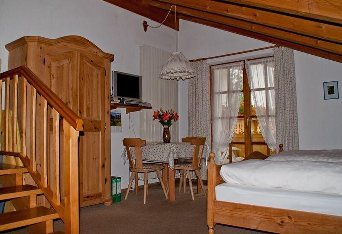 Wohn- und Schlafraum mit Doppelbett