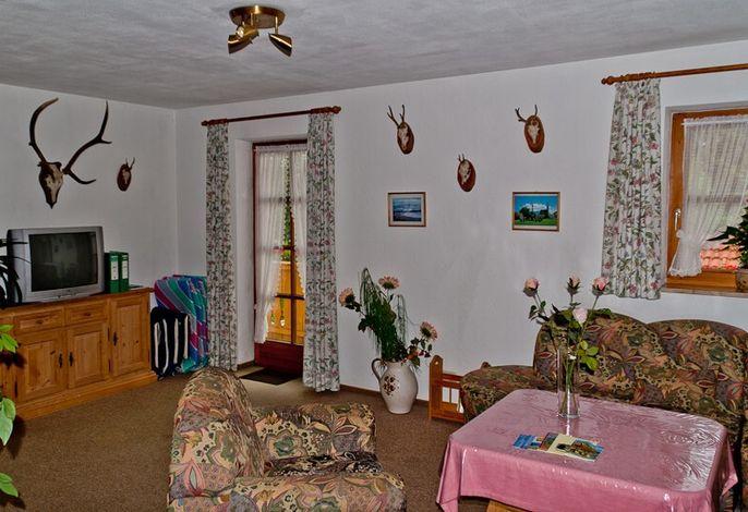 Wohnzimmer mit Sitzgruppe und TV