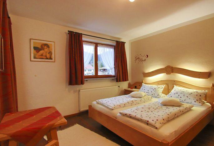 Schlafzimmer (ohne Fußteil) mit Balkon