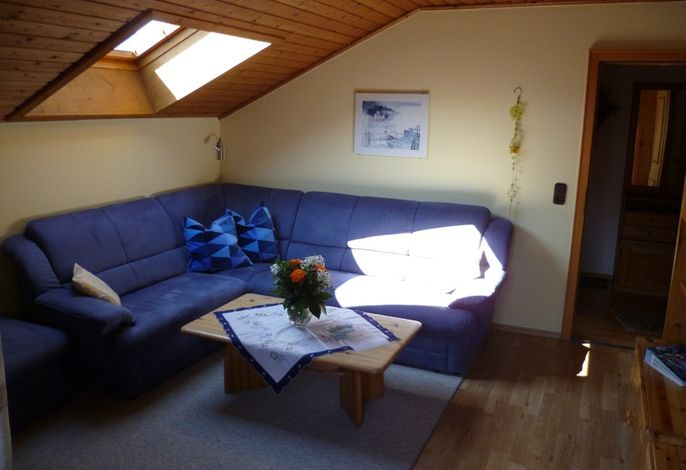 Wohnzimmer mit gemütlicher Eckcouch zum Entspannen
