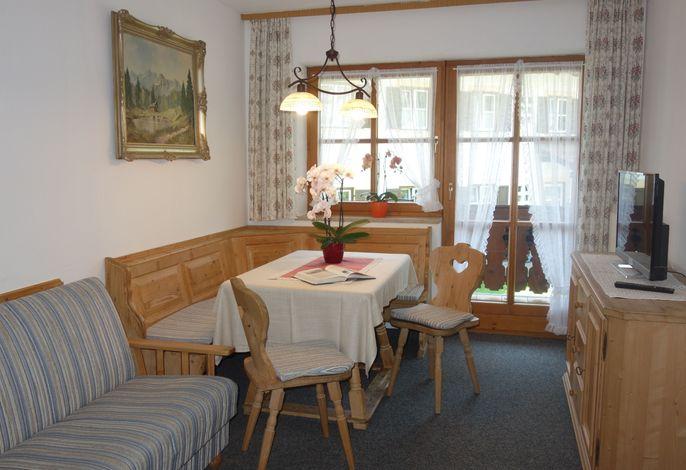 Wohnraum mit Sofa und Essecke1