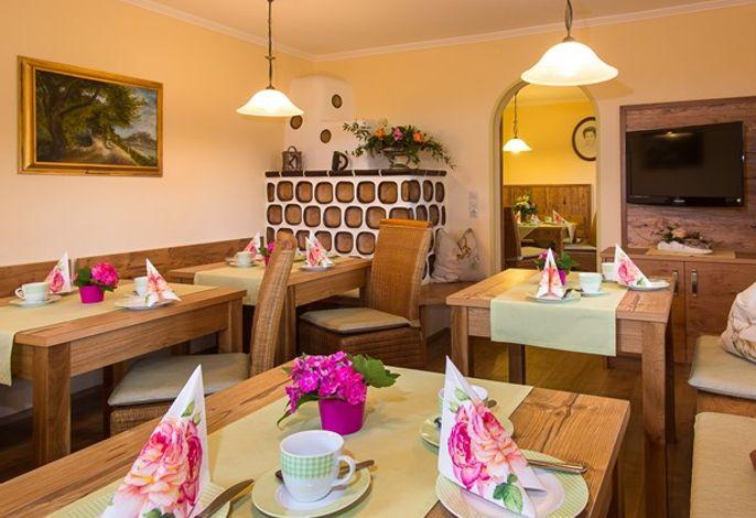 gemütlicher Frühstücksraum mit Kachelofen