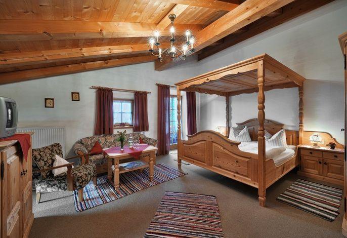 hochwertig eingerichtete Zimmer im bayerischen Stil
