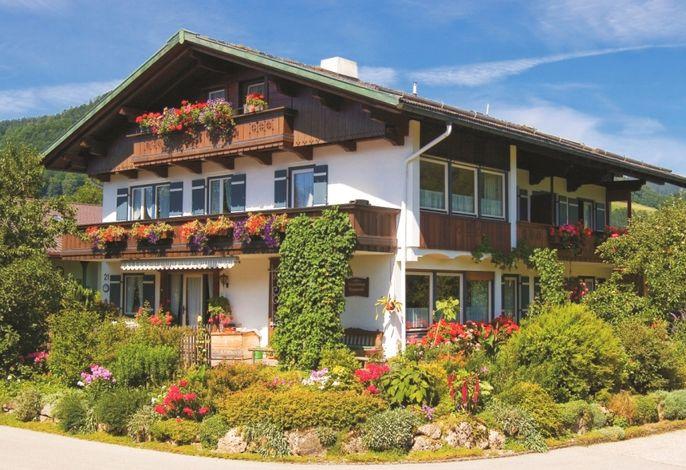 Haus im Sommer mit prächtigem Blumenschmuck