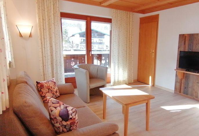 Wohnbereich mit Balkon und Bergblick