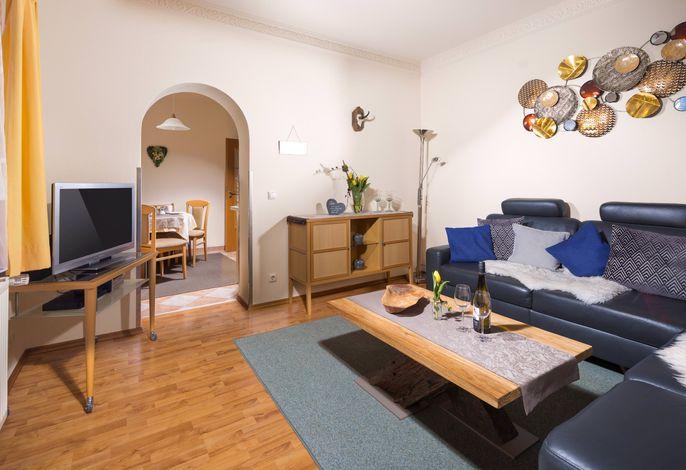 Wohnzimmer mit TV und Bergblick