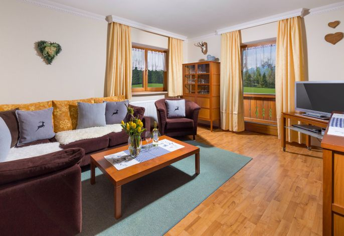 Wohnzimmer mit Balkon und Bergblick