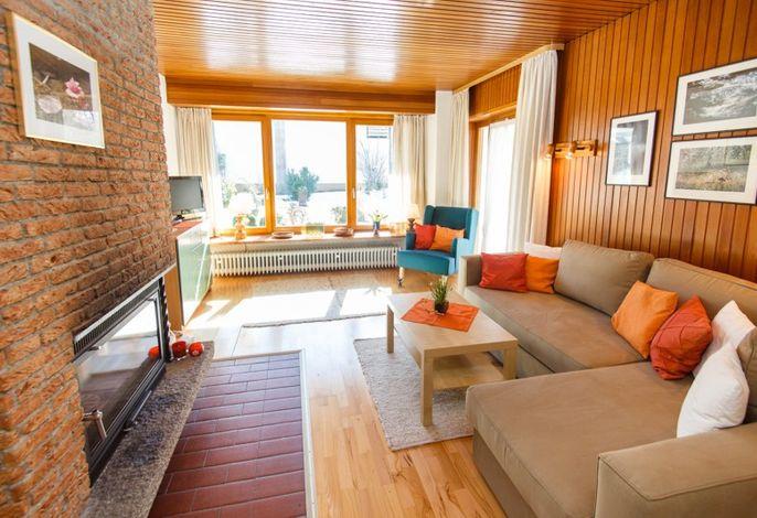 Wohnzimmer mit Kamin der Wohnung 1 (EG)
