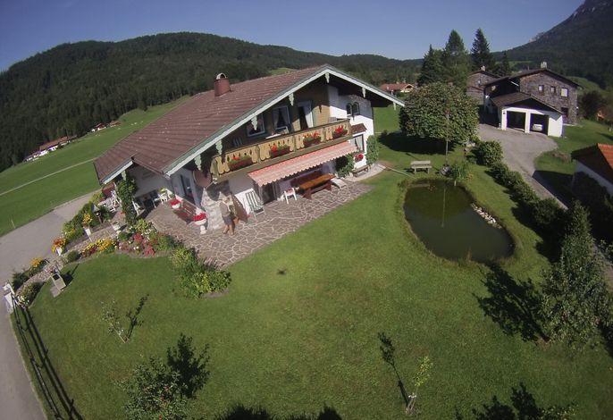 Luftaufnahme vom Haus mit Garten