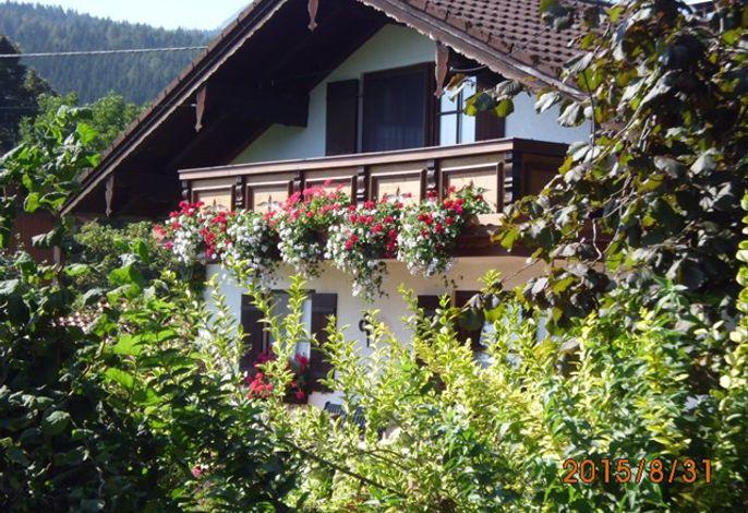Auf dem geschmückten Balkon macht die Seele Urlaub