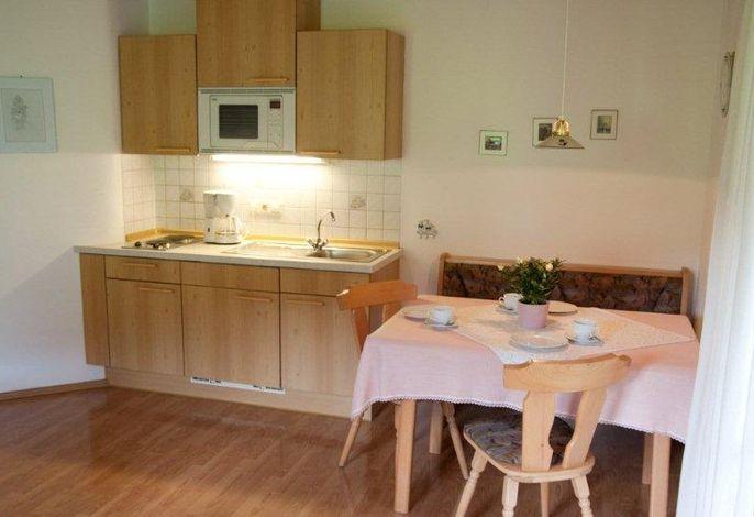 kleine Küche und rustikale Essecke
