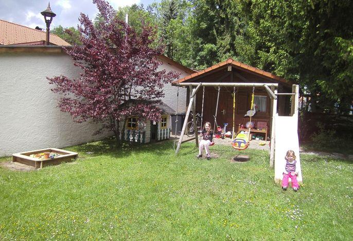 Spielplatz im Garten für unsere kleinen Gäste
