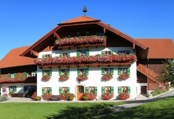Die Blumenpracht am Unterenglhängerhof rundet das bezaubernde Bild des Hauses gelungen ab