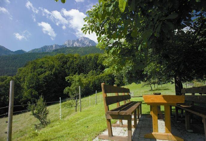 Sitzgruppe im Garten mit Berg- und Talblick