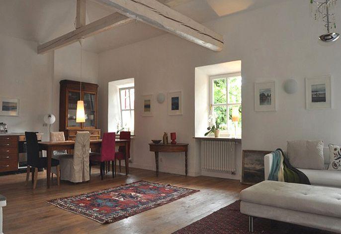 Wohnraum mit Essplatz und Küchenzeile