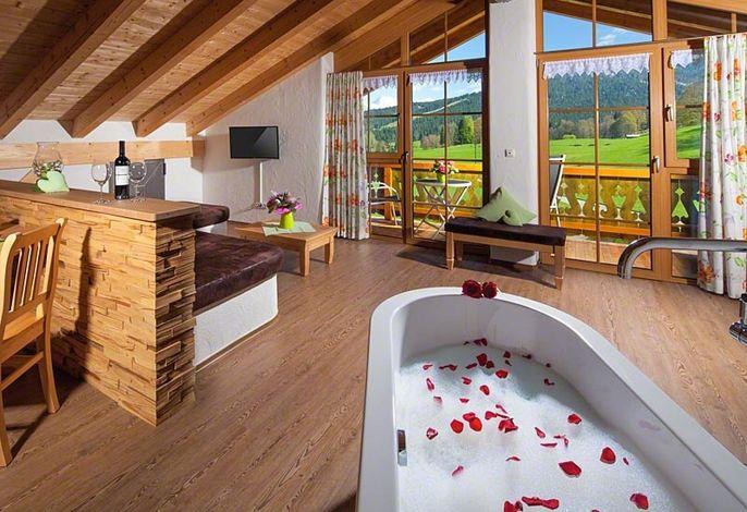 Wohnzimmer mit freistehender Badewane
