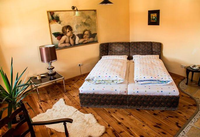 Lädt zum träumen ein ... Doppelbett auf tollem Holzfußboden