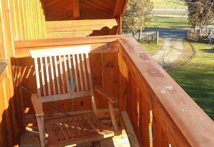 Sonniger Balkon mit Blick in die Berge.jpg