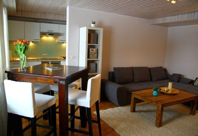 Wohnzimmer mit Eßecke und Blick zur Küche