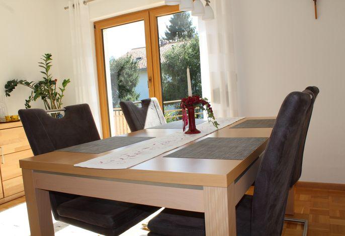 Esstisch mit Tür zur Terrasse in Ferienwohnung