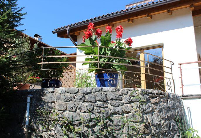 Terrasse im Sommer vom Garten