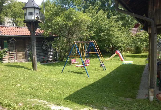 Der gemütliche Garten mit Spielgeräten lädt zum verweilen ein!