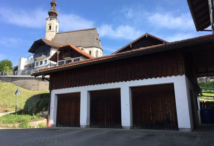 Unterhalb der Angerer Pfarrkirche Maria Himmelfahrt liegt das Haus Oberlechner mit Garage und Stellplatz
