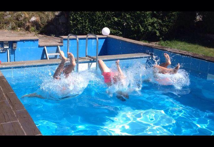 Sprung in den Pool