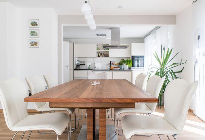 Esstisch mit Blick auf die Küche