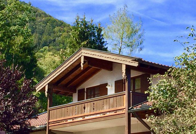 Hausansicht mit Balkon der Ferienwohnung