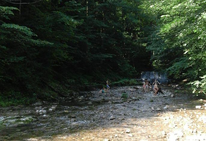 An der direkt am Grundstück vorbeilaufenden Stoißer Ache kann im Sommer toll gespielt werden