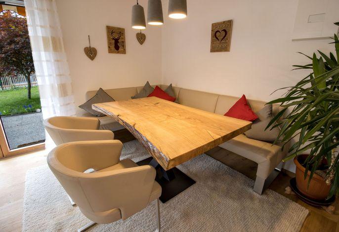 Esszimmer mit Ledereckbank und urigen Holztisch