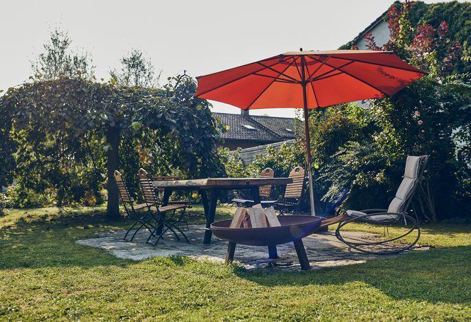 Sitzplatz im Garten mit Grill