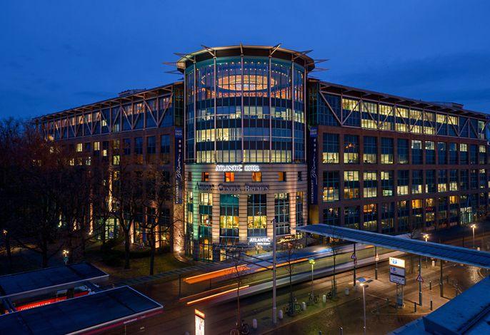 ATLANTIC Hotel Airport Bremen - Außenansicht bei Nacht