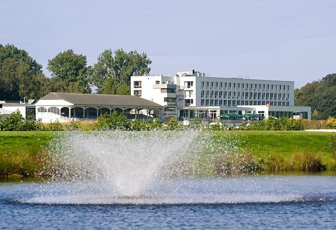 ATLANTIC Hotel an der Galopprennbahn - Außenansicht mit Springbrunnen