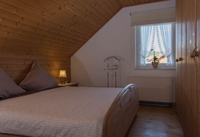 Eines der beiden Schlafzimmer; Babybett auf Wunsch; Safe